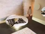 Round, Il letto è un cerchio sospeso, elegante e sinuoso.
